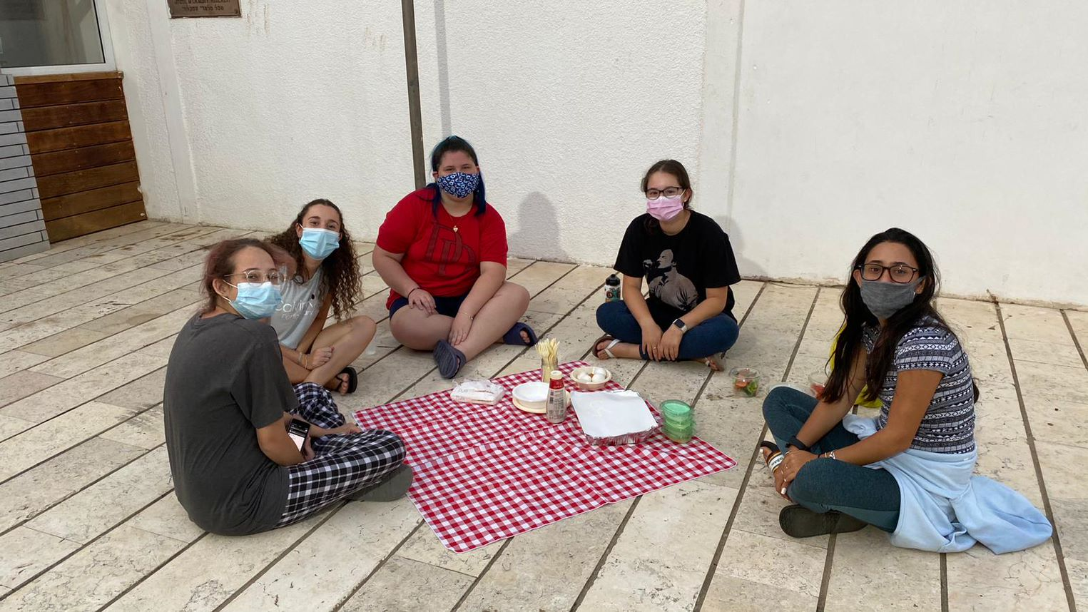 Students have a picnic at Muss
